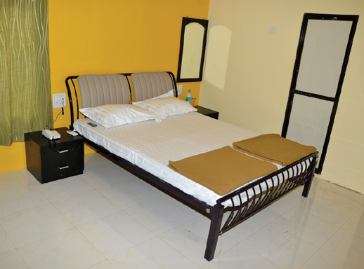 Resort with swimming pool in Alibag